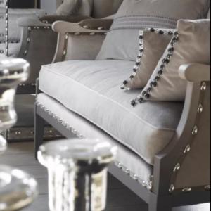 fauteuil avec passementerie et clou décoratif